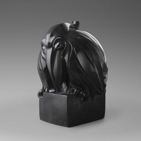 Метафоричная скульптура черного ворона с ироничными акцентами