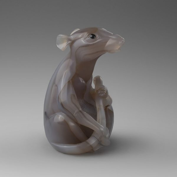 """Скульптура """"Музицирующая крыса"""" из нефрита и соколиного глаза"""