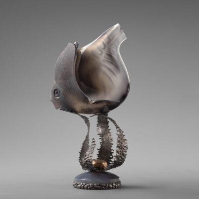 """""""На дне морском"""" - скульптура прозрачной рыбки, """"парящей"""" на гребне волны"""
