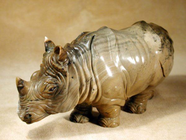 Носорог из мохового агата