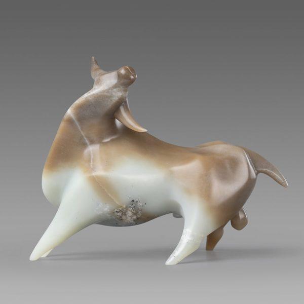 Жизнеутверждающая скульптура быка как древнего символа солнца