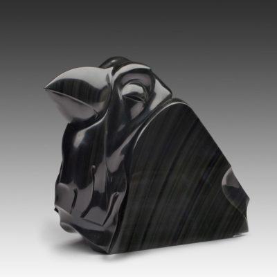 Ворон – лаконичная обсидиановая скульптура с богатой древней семантикой